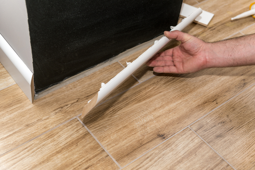 Laying skirting when installing a floor